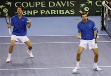 <p>Llodra e Benneteau. REUTERS/Jean-Paul Pelissier</p>
