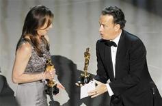 """<p>El presentador Tom Hanks entrega a la directora Kathryn Bigelow el Oscar por Mejor Filme por su trabajo en """"The Hurt Locker"""" durante la entrega de los premios de la Academia de Artes y Ciencias Cinematográficas en Hollywood, mar 7 2010. REUTERS/Gary Hershorn (UNITED STATES)</p>"""