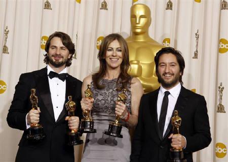 3月7日、第82回アカデミー賞は「ハート・ロッカー」が6部門を制し、「アバター」は3部門での受賞となった。写真はオスカー像を手にする「ハート・ロッカー」のキャスリン・ビグロー監督(中央)ら。ハリウッドで撮影(2010年 ロイター/Lucy Nicholson)