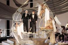 <p>Los animadores de los Oscar 2010, Steve Martin y Alec Baldwin, en la apertura de la ceremonia de los Premios de la Academia edición 82, en Hollywood. Marzo 7 2010. Las estrella de la comedia Steve Martin y Alec Baldwin, el primer dúo que comparte la animación de los Oscar en la era televisiva, intercambiaron remates y comentarios agudos durante el show del domingo, bromeando a costa de los nominados de este año. REUTERS/Gary Hershorn</p>