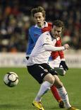 <p>Sergio Canales, de 19 anos, novo meia do Racing, disputa a bola com Juan Mata (frente), do Valencia. 08/03/2010 REUTERS/Heino Kalis</p>