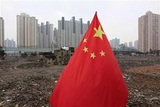 <p>A Chinese national flag is seen in front of a residential site in downtown Shanghai in this March 4, 2010 file photo. REUTERS/Aly Song</p>