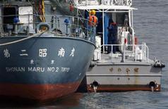 <p>La guardia costiera giapponese prende a bordo l'attivista anti-baleniere neozelandese REUTERS/Yuriko Nakao (JAPAN - Tags: CRIME LAW POLITICS ENVIRONMENT ANIMALS CIVIL UNREST IMAGES OF THE DAY)</p>