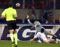 <p>Maxi Lopez marca contra a Inter pelo Catania. A derrota da Internazionale por 3 x 1 contra o Catania na sexta-feira voltou a deixar o campeonato italiano mais aberto em relação a algumas semanas.12/03/2010.REUTERS/Antonio Parrinello</p>
