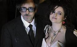"""<p>Imagen de archivo del director Tim Burton junto a su esposa, la actriz Helena Bonham Carter, en una premier especial de """"Alicia en el país de las maravillas"""", en Londres. Feb 25 2010. La película de Disney """"Alicia en el país de las maravillas"""" en versión 3D mantuvo su posición como favorita de la taquilla británica el pasado fin de semana, superando fácilmente a sus contrincantes, como la nueva película de Matt Damon """"Green Zone"""". REUTERS/Jas Lehal/ARCHIVO</p>"""