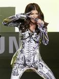 <p>Cantora Fergie se apresenta os Black Eyed Peas no Times Square de Nova York. Junto com Shakira e Alicia Keys, o grupo partiripará de um show na véspera de abertura da Copa do Mundo da África do Sul. 10/03/2010 REUTERS/Mike Segar</p>