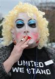 <p>Un empleado de cabina de British Airways luce una máscara durante una reunión del sindicato Unite en Sandown. Los tripulantes de cabina de la aerolínea iniciaron el sábado una huelga de tres días tras el colapso de las negociaciones con la administración. REUTERS/Toby Melville REUTERS/Toby Melville</p>