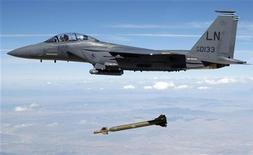 """<p>Истрибитель четвёртого поколения F-15 """"Игл"""" американских ВВС проходит тестовые испытания, 2 августа 2009 года. Новость о том, что российский авиапром может стать поставщиком самолетов-заправщиков для американских ВВС взбудоражила деловые круги по обе стороны Атлантики. REUTERS/Technical Sgt. Michael Ammons/USAF/Handout</p>"""