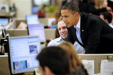 <p>Foto de archivo del del presidente de Estados Unidos, Barak Obama (derecha en la imagen), durante la publicación de su primer mensaje en el sitio Twitter en el Centro de Operaciones de la Cruz Roja en Washington, ene 18 2010. Un joven francés fue interrogado por haber pirateado la cuenta en Twitter del presidente de Estados Unidos, Barak Obama, informó el miércoles la policía. REUTERS/Jonathan Ernst</p>