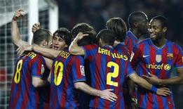 <p>Jogadores do Barcelona comemoram segundo gol sobre o Osasuna pelo Campeonato Espanhol. REUTERS/Albert Gea</p>