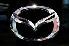 <p>Imagen de archivo del logo de Mazda Motor Corp, es visto en una exhibición en Tokio. Nov 22 2008. Mazda Motor Corp lanzará un auto híbrido mediano en el 2013 basado en componentes estructurales de Toyota Motor Corp, reportó el viernes el diario de negocios Nikkei. REUTERS/Stringer/ARCHIVO</p>