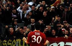 <p>Luca Toni, do Roma, comemora seu gol contra o Inter de Milão. 27/03/2010 REUTERS/Alessandro Bianchi</p>