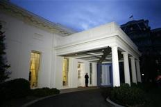 <p>A U.S. Marine stands at his post in front of the West Wing of the White House in the late afternoon February 2, 2009. REUTERS/Kevin Lamarque</p>