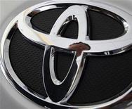 <p>Логотип Toyota на автомобиле в демострационном зале компании в Тайбэе 3 марта 2010 года. Американские авторегуляторы обратились к ученым Национального аэрокосмического агентства (НАСА)для проверки конструкции педали газа автомобилей Toyota Motor Corp, сообщил министр транспорта Рэй ЛаХуд. REUTERS/Nicky Loh</p>