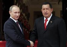 <p>Президент Венесуэлы Уго Чавес (справа) и премьер-министр РФ Владимир Путин на встрече в Каракасе, 2 апреля 2010 года. Премьер-министр РФ Владимир Путин поддержал главного оппонента США в Латинской Америке - президента Венесуэлы Уго Чавеса - встретившись с ним в пятницу и обсудив сотрудничество в добыче нефти, обороне и ядерной энергетике. REUTERS/Miraflores Palace/Handout</p>