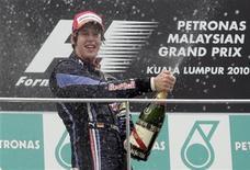 <p>Sebastian Vettel da Red Bull comemora depois do Grande Prêmio da Malásia da Fórmula 1, no circuito Sepang. O piloto alemão tem boas perspectivas para o campeonato para a próxima corrida da Fórmula 1 na China. 04/04/2010 REUTERS/Bazuki Muhammad</p>