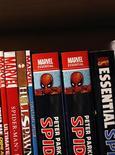 <p>Imagen de archivo de una estantería de una tienda de libros con cómics y libros Marvel, en Nueva York. Ago 31 2009. Un juez federal de Manhattan descartó una demanda contra Marvel Entertainment Inc y el creador de cómics Stan Lee por la pertenencia de personajes famosos como Spider-Man, The Incredible Hulk, The Fantastic Four y X-Men. REUTERS/Brendan McDermid/ARCHIVO</p>