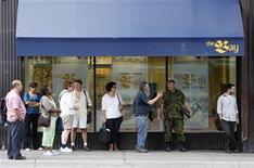 <p>Commuters wait for buses in front of a Hudson's Bay store in downtown Ottawa July 16, 2008. REUTERS/Chris Wattie</p>