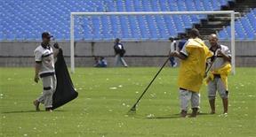 <p>Trabalhadores limpam gramado do Maracanã após chuva que alogou o local. 07/04/2010 REUTERS/Bruno Domingos</p>