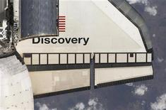 <p>Vista parcial del transbordador de la NASA Discovery. Abr 7 2010. La NASA esbozó el jueves planes de un programa espacial estadounidense revisado que se enfocará inicialmente en el despliegue de la tecnología necesaria para enviar gente a Marte. Los planes llegan mientras la NASA se prepara para finalizar su programa de transbordadores espaciales a fines de este año, lo que se espera cueste miles de empleos contractuales relacionados al programa espacial. REUTERS/NASA/Cortesía</p>