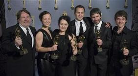 """<p>El equipo de la película """"Polytechnique"""" posa en la gala de los Premios Genie en Toronto. Abr 12 2010. """"Polytechnique"""", una película de habla francesa que revive la masacre de 1989 de 14 mujeres a manos de un hombre armado en Montreal, dominó la entrega de premios Genie en Canadá al conquistar nueve galardones, incluyendo la categoría """"mejor película"""". REUTERS /Adrien Veczan</p>"""