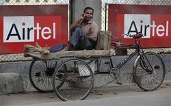 <p>Un uomo parla al telefono davanti alla pubblicità della compagnia Bharti Airtel a Siliguri REUTERS/Rupak de Chowdhuri</p>