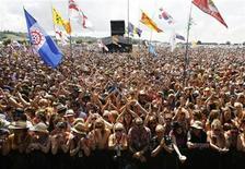 """<p>Imagen de archivo del público asistente al Festival Glastonbury 2009, en el suroeste de Inglaterra. Jun 27 2009. El cantante de rap estadounidense Snoop Dogg es una de las últimas presentaciones confirmadas para el festival de música de Glastonbury de este año, en un programa que el organizador Michael Eavis describió como """"asombroso"""". REUTERS/Luke MacGregor/ARCHIVO</p>"""