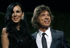 """<p>Estilista L'Wren Scott e o vocalista dos Rolling Stones, Mick Jagger, chegam à festa dos Oscars do Vanity Fair em 2009. Os Rolling Stones lançarão """"Plundered My Soul"""", uma música inédita, numa edição limitada em disco de vinil para comemorar o Dia da Loja de Discos no sábado.22/02/2009 REUTERS/Danny Moloshok</p>"""