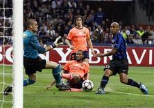 <p>O lateral brasileiro Maicon (D) chuta para marcar gol da Inter de Milão na vitória de 3 x 1 sobre o Barcelona. REUTERS/Alessandro Garofalo</p>