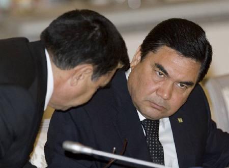 4月20日、トルクメニスタンのベルドイムハメドフ大統領(右)は、40年前から燃え続けている「地獄の門」と呼ばれるガス穴の封鎖を支持。2009年4月撮影(2010年 ロイター/Shamil Zhumatov)