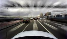<p>Morning commuters drive south across the Sydney Harbour Bridge April 21, 2005. REUTERS/Tim Wimborne</p>