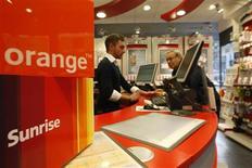 <p>La Commission de la concurrence (COMCO) suisse interdit la fusion entre Orange Communications, filiale suisse de France Télécom SA, et Sunrise Communications, le deuxième opérateur mobile suisse qui est filiale du danois TDC. /Photo d'archives/REUTERS/Christian Hartmann</p>