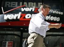 <p>Le bénéfice trimestriel de Verizon Communications est inférieur aux attentes, en raison d'une charge importante et d'un ralentissement des souscriptions davantage prononcé que ce qu'anticipaient les analystes de Wall Street. /Photo d'archives/REUTERS/Brendan McDermid</p>