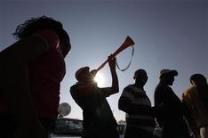 """<p>Les spectateurs des matches de la Coupe du monde de football en juin et juillet en Afrique du Sud devraient penser à se protéger les oreilles pour éviter des lésions auditives provoquées par le son des """"vuvuzelas"""", ces longues trompettes en plastique utilisées par les supporteurs sud-africains. /Photo prise le 15 avril 2010/REUTERS/Mike Hutchings</p>"""