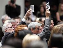 """<p>Los actores Ted Danson (izq.) y Sam Waterston hacen una oferta durante la """"Subasta verde"""" realizada por Christie's en el 40mo. aniversario del Día de la Tierra en Nueva York. Abr 22, 2010. REUTERS/Chip East</p>"""