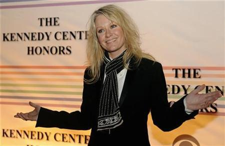 Country singer Shelby Lynne gestures to photographers as she arrives for the 2008 Kennedy Center Honors Gala at the Kennedy Center in Washington, December 7, 2008. REUTERS/Mike Theiler
