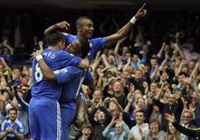 <p>Jogadores do Chelsea comemoram primeiro gol contra o Stoke City na partida pelo Campeonato Inglês, em Londres, 25 de abril de 2010. O Chelsea voltou com força à liderança do Campeonato Inglês e conquistou uma valiosa diferença de gols passando por cima do Stoke City na vitória de 7 x 0 deste domingo. REUTERS/Dylan Martinez</p>