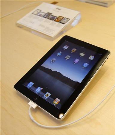 4月26日、米アップルのタブレット型パソコン「iPad」(写真)が米国で発売されて3週間経ったが、中国ではすでに「海賊版iPad」が売られている。写真は本物。3日撮影(2010年 ロイター/Robert Galbraith)