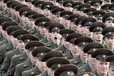 <p>Russian soldiers train for the military parade in Moscow, April 8, 2010. REUTERS/Alexander Natruskin</p>