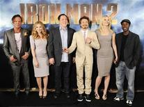 """<p>Fotografía del elenco de la película """"Iron Man 2"""", en una sesión promocional en Los Angeles, California. Abr 23 2010. Una semana antes del comienzo de la temporada cinematográfica de verano en Estados Unidos y Canadá, """"Iron Man 2"""" tuvo un sólido debut en los mercados internacionales con una ganancia de 100,2 millones de dólares, según estimaciones divulgadas en domingo. REUTERS/Gus Ruelas/ARCHIVO</p>"""