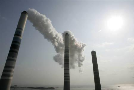 View of smokestacks, about 200m (656 feet) high, at a thermal power plant in Inchon, west of Seoul, in this February 1, 2007 file photo. REUTERS/Jo Yong-Hak/Files