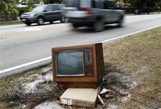 <p>Televisione con tubo catodico ai margini della strada, foto d'archivio. REUTERS/Carlos Barria</p>