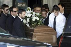<p>Pallbearers carry the casket of actor Corey Haim from a memorial chapel in Toronto March 16, 2010. REUTERS/Mike Cassese</p>