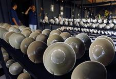<p>Guards stand near 10th century Chinese Yue Mise imperial wares from the Five Dynasties (907-960 AD) on display at a showroom in Pamulang district, Tangerang, Indonesia's Banten province May 4, 2010. REUTERS/Beawiharta</p>