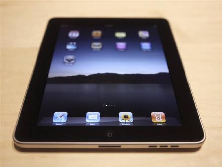 5月6日、米アップル「iPad」の国内発売を控え、日本でも電子書籍市場が動き出すかどうかが注目されている。1月27日撮影(2010年 ロイター/Kimberly White)