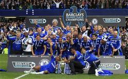 <p>Jogadores do Chelsea comemoram título inglês. O Chelsea garantiu o título do Campeonato Inglês de maneira magnífica ao golear por 8 x 0 o Wigan Athletic com 10 jogadores no Stamford Bridge.09/05/2010.REUTERS/Eddie Keogh</p>