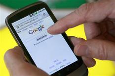 <p>Le système d'exploitation Android de Google a ravi à l'iPhone d'Apple la deuxième place sur le marché américain des smartphones au premier trimestre, selon le cabinet d'études NPD Group. En termes d'équipements de smartphones, les combinés sous Android ont représenté, entre janvier et mars 2010, 28% de parts de marché en nombre d'unités vendues, contre 21% pour l'iPhone et 36% pour le BlackBerry de Research in Motion. /Photo d'archives/REUTERS/Robert Galbraith</p>