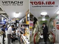 <p>Toshiba compte revoir en hausse ses dépenses d'investissement tandis que son concurrent Hitachi annonce une prévision de résultat ambitieuse pour l'exercice en cours, imitant ainsi plusieurs autres fabricants japonais d'électronique. /Photo d'archives/REUTERS/Kim Kyung-Hoon</p>