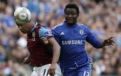 <p>O meia John Obi Mikel (dir) do Chelsa desafia Gabriel Agbonlahor do Aston Villa durante semifinal da Campeonato Inglês no estádio de Wembley em Londres. Mikel foi incluído pela Nigéria na sua lista de 30 pré-convocados para a Copa da África do Sul. 10/04/2010 REUTERS/Phil Noble</p>
