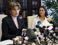 """<p>A atriz britânica Charlotte Lewis (à direita) e sua advogada Gloria Allred concedem entrevista coletiva em Los Angeles. A atriz, que aparece no filme """"Piratas"""" (1986), de Roman Polanski, disse nesta sexta-feira que o cineasta cometeu abuso sexual contra ela décadas atrás, em Paris, quando ela tinha 16 anos. 14/05/2010 REUTERS/Fred Prouser</p>"""